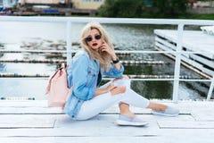 有袋子的白肤金发的妇女 库存照片