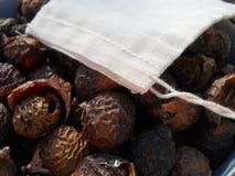 有袋子的自然肥皂坚果 免版税库存照片