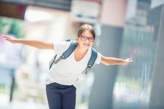 有袋子的,背包女小学生 现代愉快的青少年的学校女孩画象有袋子背包的 戴牙齿括号和眼镜的女孩 免版税库存照片