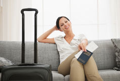 有袋子藏品护照和票的妇女 库存图片