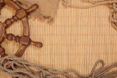 有袋装和绳索的方向盘 免版税库存图片