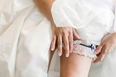 有袜带的新娘腿 免版税库存图片