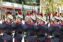 有被上升的步枪的西班牙皇家卫兵士兵 免版税库存图片