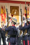 有被上升的步枪的西班牙皇家卫兵士兵 免版税库存照片