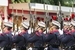 有被上升的步枪的西班牙皇家卫兵士兵 库存图片