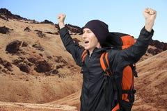 有被举的胳膊的愉快的人在特内里费岛中火山的风景  canadas canary del islands las西班牙teide tenerife谷火山 库存图片