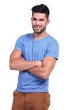 有被交叉的双臂的愉快的年轻偶然人 库存照片
