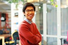 有被交叉的双臂的英俊的亚裔人 库存照片