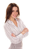 有被交叉的双臂的年轻俏丽的女实业家 库存图片