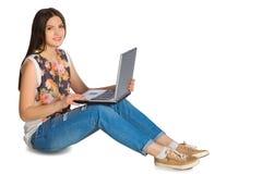 有被交叉被隔绝的双臂的年轻俏丽的女实业家 免版税库存图片