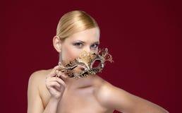 有被仿造的化妆舞会屏蔽的妇女 免版税库存图片