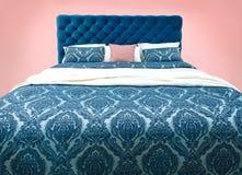 有被仿造的床单的蓝色床家具 软的丝绒织品床 在被隔绝的背景的经典现代家具 免版税库存图片