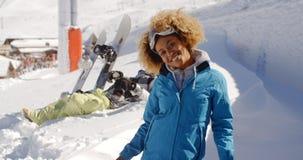 有被伸出的胳膊的两个滑雪者在雪 库存照片