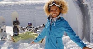 有被伸出的胳膊的两个滑雪者在雪 库存图片