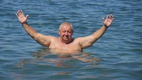 有被伸出的胳膊的平安的无忧无虑的更老的人 飞溅水的人在暑假期间 股票视频