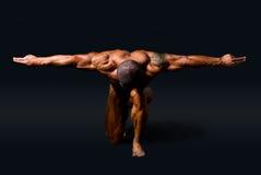 有被伸出的胳膊的肌肉人 免版税库存图片