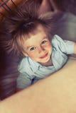 有被使充电的头发的小男孩 被添加的谷物 免版税库存图片