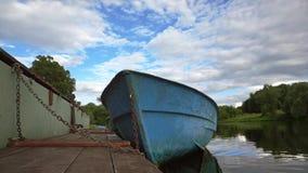 有被停泊的空的蓝色小船慢动作射击的河码头 影视素材