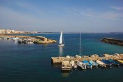 有被停泊的风帆和鱼小船的奥特朗托港口 意大利普利亚关于 库存图片