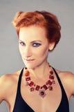 有被凿的颧骨的红发女孩 免版税图库摄影