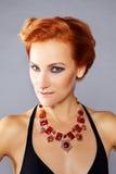 有被凿的颧骨的红发女孩 免版税库存图片