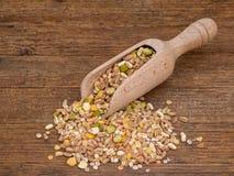 有被分类的五谷和脉冲的, lergumes瓢混合背景,顶视图 冬天食物包括分裂豌豆,红色和 免版税库存图片