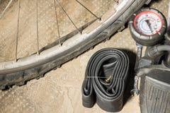 有被刺的泄了气的轮胎的登山车 不幸的概念和未预见到 库存图片