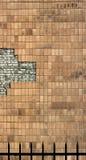 有被剥皮的剥落的陶瓷砖的苍白砖墙 免版税库存图片