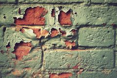 有被剥皮的油漆的砖墙 库存照片