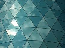 有被反射的天空的有角镜子金属 库存照片