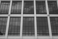 有被反映的窗口的意大利宫殿 库存图片