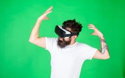 有被启发的表示的行家探索与现代小配件的VR vr小配件概念 有头配显示器的人 免版税图库摄影