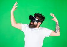 有被启发的表示的行家探索与现代小配件的VR vr小配件概念 有胡子的人在VR玻璃,绿色 免版税库存照片