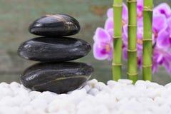 有被堆积的石头的日本禅宗庭院 免版税图库摄影