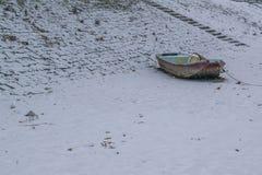 有被夺取的小船和海鸥的冻多瑙河 免版税库存照片