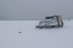有被夺取的小船和海鸥的冻多瑙河 库存图片