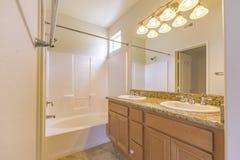 有被定调子的光的明亮的卫生间在主卧室圣地亚哥南加利福尼亚房地产 库存图片