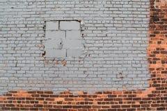 有被密封的窗口的砖墙由水泥块关闭了 免版税库存图片