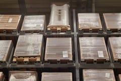有被库存的架子的仓库 免版税库存照片