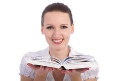 有被开张的书的新可爱的妇女 免版税图库摄影