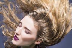 有被弄乱的头发的热情的白种人深色的女孩 免版税图库摄影