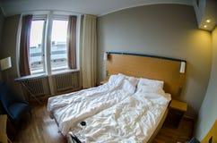 有被弄乱的床的旅馆客房 库存照片