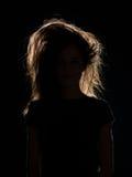 有被弄乱的头发的妇女在黑阴影 免版税库存照片