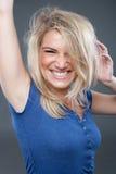 有被弄乱的头发的金发碧眼的女人 免版税图库摄影