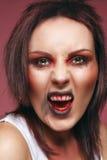有被弄乱的头发的年轻深色的女孩 免版税图库摄影
