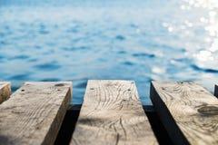 有被弄脏的海的老木码头背景的 库存图片