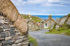 有被恢复的数的绕街道在Garenin或Gearrannan Blackhouse村庄盖了村庄 免版税库存图片