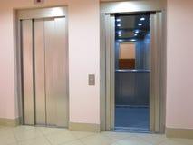 有被打开的和被关闭的门的现代电梯 库存图片