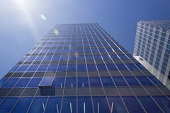 有被打开的窗口的现代办公室塔摩天大楼 免版税库存图片