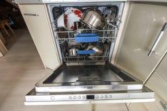有被打开的门的内部洗碗机与干净的玻璃和盘 免版税库存图片